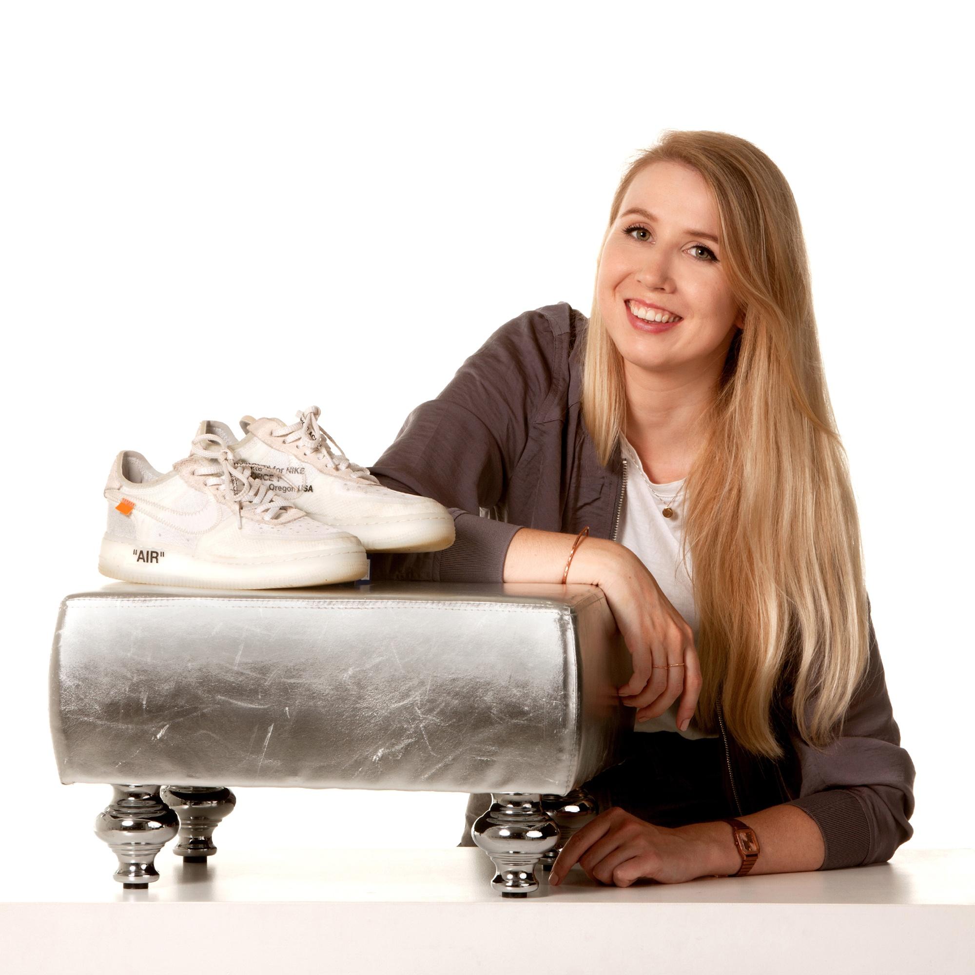 Jorine Froeling met sneakers